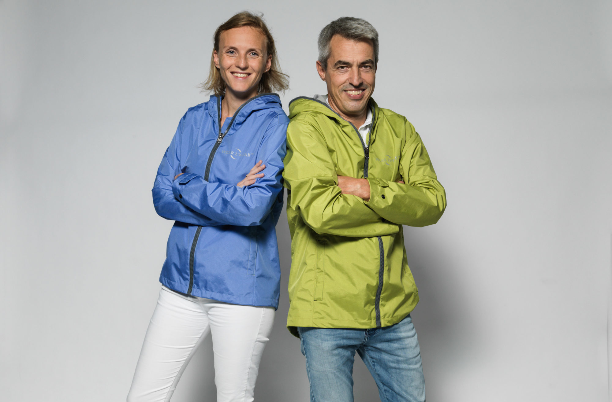 At first glance, it's a normal rain jacket: three layers of polyester, a lining on the inside, a water vapor-permeable membrane on top and water-repellent fabric on the outside, with a hood.